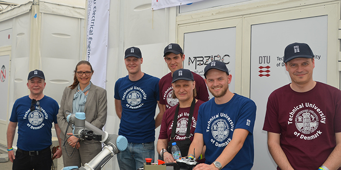 DTU Elektro's robot team with H.E. Merete Juhl, Ambassador of Denmark to the United Arab Emirates and Qatar.