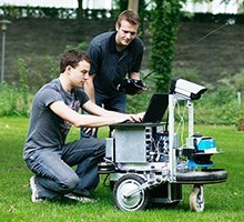 Students and robot (Photo: DTU)
